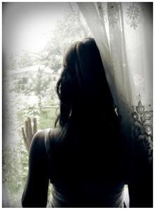 amistadsoledadmujermirando-ventana